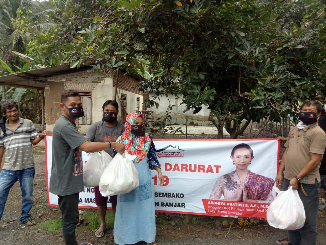 Anggota DPR RI, Bagikan Paket Sembako Langsung ke Rumah Warga