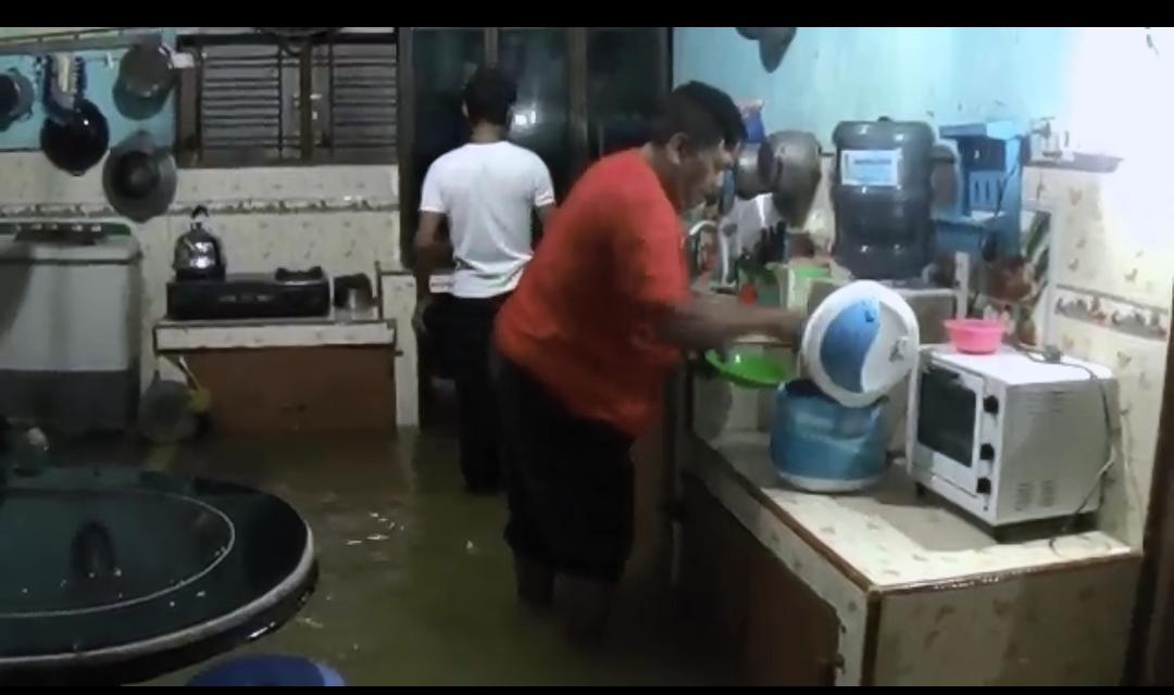 Medan Marelan Banjir, Warga Sahur dan Buka Puasa di Tengah Genangan Air