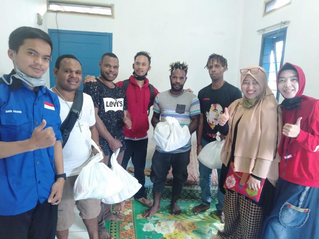 Dekan FISIP Universitas Al-Ghifari, Bagikan Sembako kepada Mahasiswa Papua