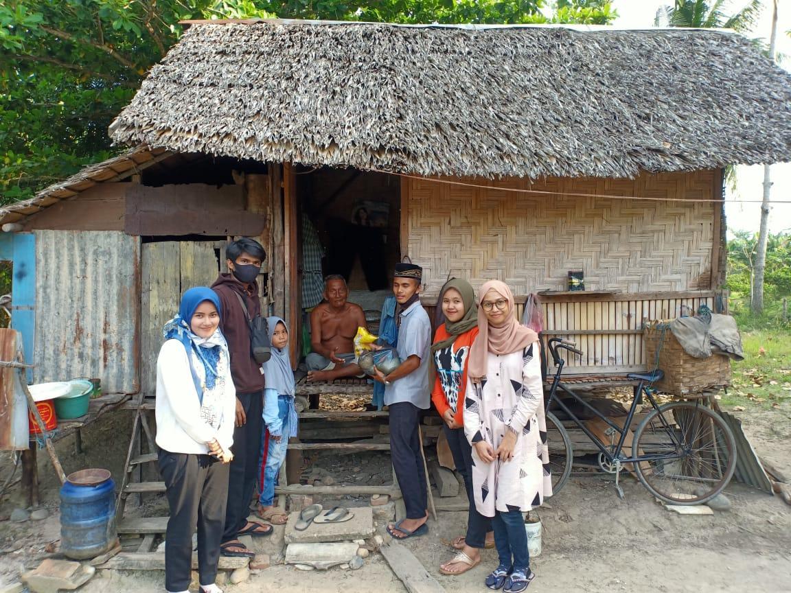 Himpunan Mahasiswa Pangkalan Susu dan Remaja Masjid Berbagi Sembako