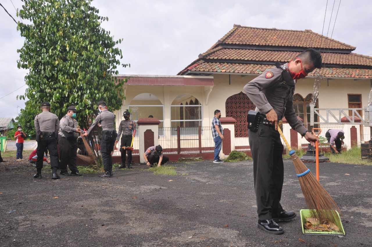 Jelang Shalat Jumat, Aparat Polres Banjar Bersihkan Masjid