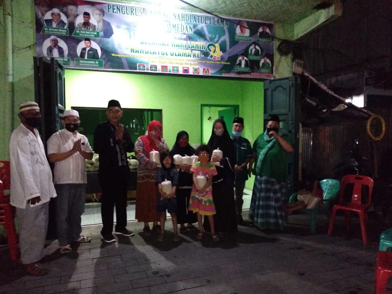NU Medan, Berbagi Sembako dengan Masyarakat di Malam Idul Fitri