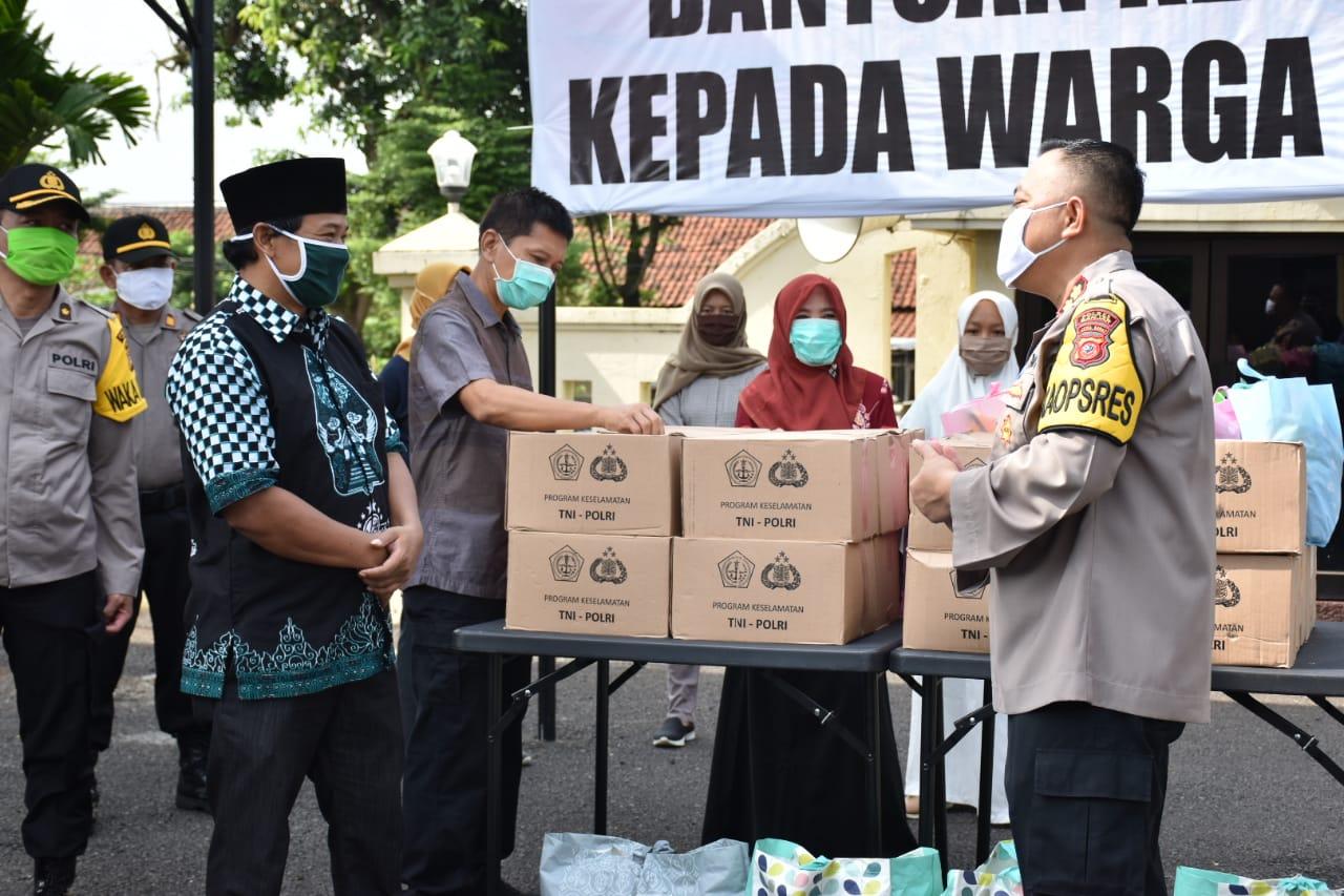 Polres Banjar Gandeng Muslimat NU, Salurkan Sembako dan APD