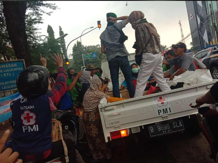 HMI Koms UNIS, Bersama UNIS Bikers Cummunity dan PMI Tangerang Bagikan Takjil dan Covid-19 Kit