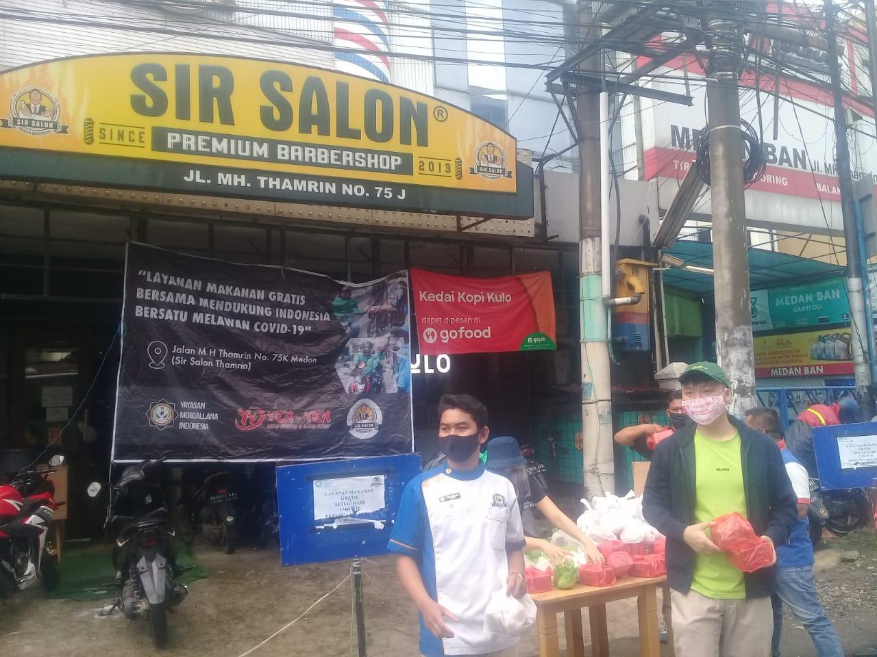 Yayasan Moggalana Indonesia Bersama Bika Ambon Yenyen & Sir Salon Berbagi Makanan