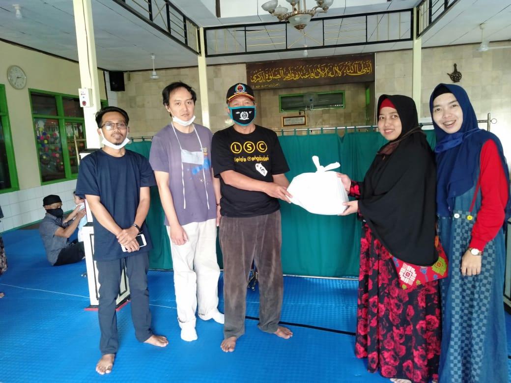 Dekan Fisip Universitas Al-Ghifari, Bagikan Sembako kepada Warga RW 07 Ciskul Bandung