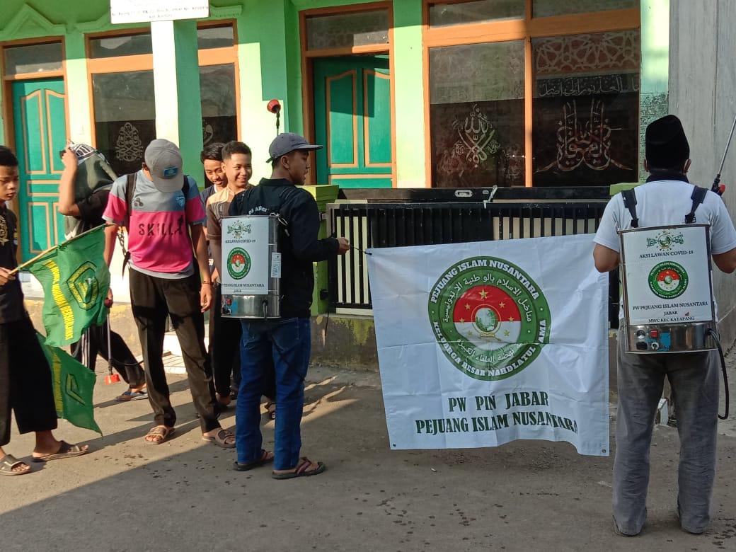 Rescue PIN Bersama Santri Nurul Munawar, Semprotkan Disinfektan Menjelang Akhir Bulan Ramadhan