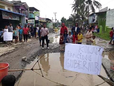 Demo Warga di Jalan Hamparan Perak, Bawa Poster 'Kolam Pancing Gubernur'