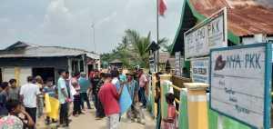 Warga Segel Kantor Desa Perlis Langkat, Minta Kades Mundur