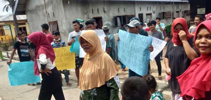 Warga Segel Kantor Desa Perlis Langkat, Diduga Tidak Transparan Tentang Dana Desa