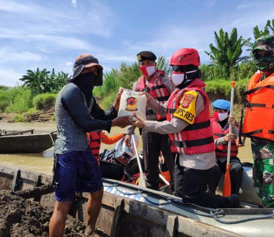 TNI-Polri Peduli Kemanusiaan, Polres Banjar Kembali Bagikan Bansos Disepanjang Bantaran Sungai Cijolang
