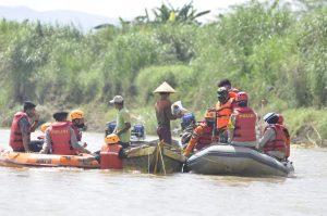 TNI-Polri Peduli Kemanusiaan, Polres Banjar Kembali Bagikan Bansos di Sepanjang Bantaran Sungai Cijolang