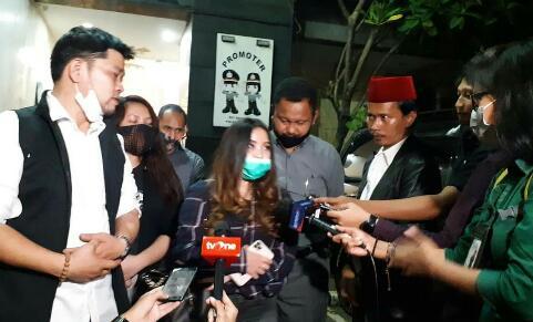 Besuk Ayahnya di Polda Metro, Putri John Kei Minta Maaf ke Publik