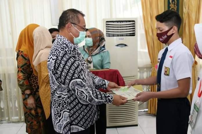 289 Siswa SMP Terima Sertifikat Agen of PR Lingkungan