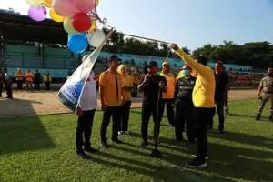 Pada kesempatan tersebut Bupati juga memberikan cendera mata sebagai tanda penghargaan berupa uang saku kepada 120 pegawai honorer RSUD Rantauprapat