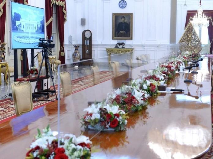 Istana Perketat Protokol Kesehatan, Meja Jokowi Terima Tamu Disekat