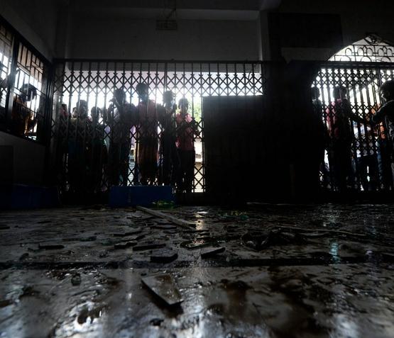 16 Orang Tewas Puluhan Luka Akibat Ledakan di Masjid Bangladesh