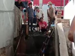 Lurah Padang Matinggi, Bersama Tim Damkar Jebolkan Gorong-Gorong