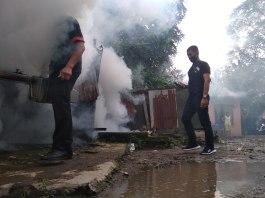 Relawan Bobby Nasution, Ajak Masyarakat Tidak Golput Sambil Asapi Rumah Warga