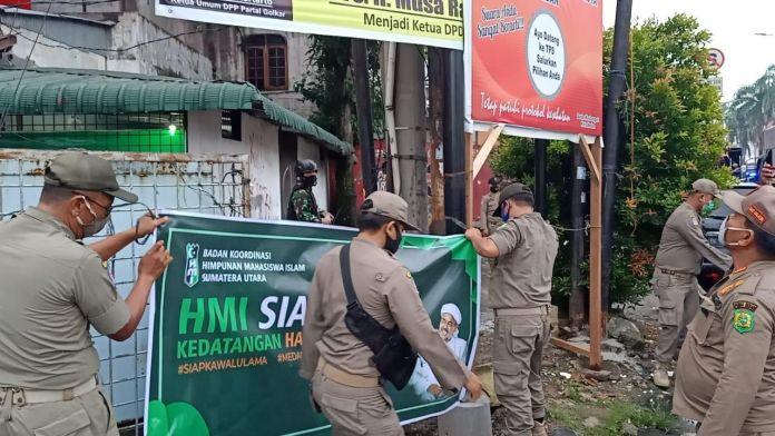Satpol PP Copot Spanduk 'HMI Siap Kawal Kedatangan Habib Rizieq di Sumut'