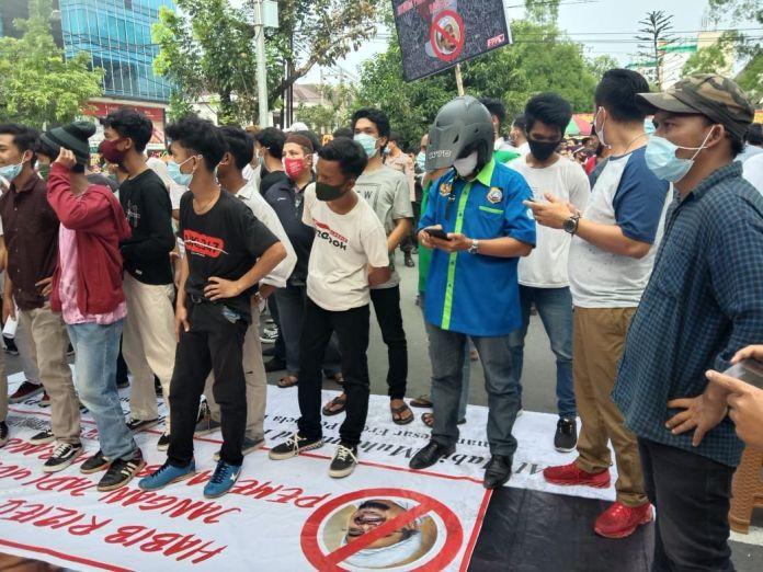 Massa Demo Tolak HRS di Medan, Foto Habib Rizieq Diinjak
