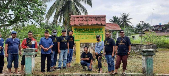 Gotong Royong Membersihkan Situs Makam Datuk Laksamana