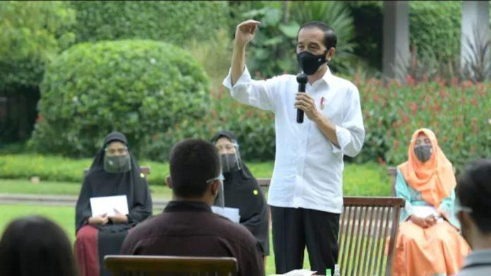 Jokowi Kembali Serahkan Bantuan Modal Kerja ke Pelaku Usaha Mikro dan Kecil