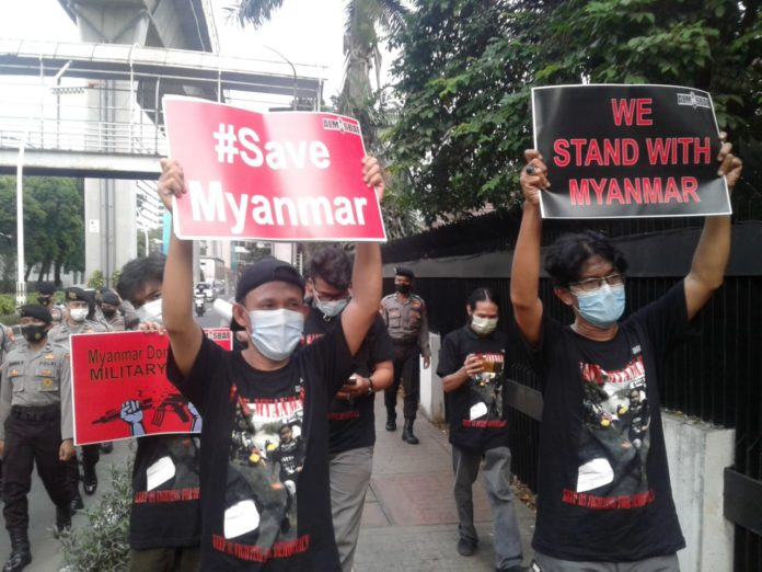 Aparat Bubarkan Aksi Solidaritas Myanmar di Jakarta, 3 Aktivis Almisbat Ditangkap